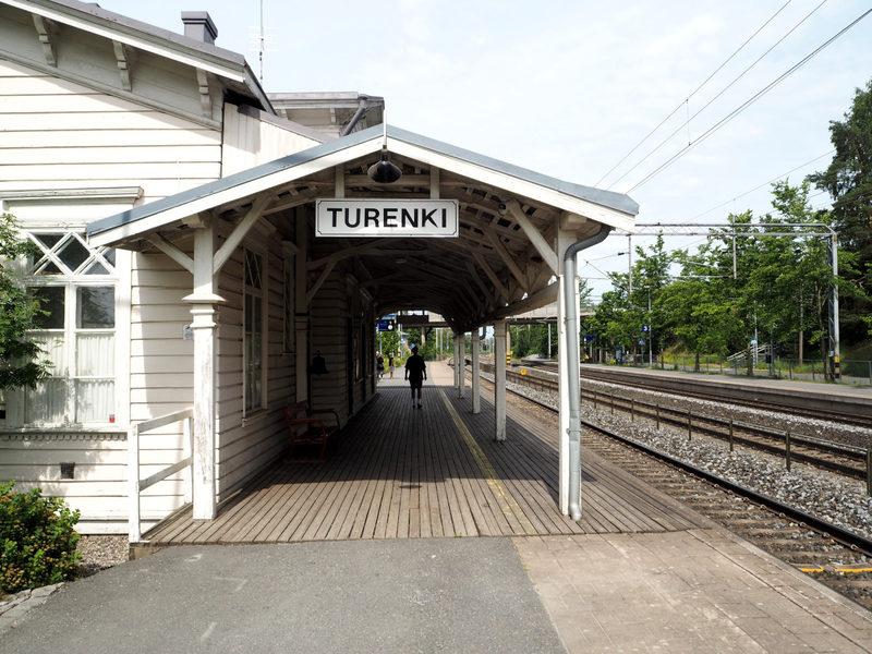 Saapuminen paikallisjunalla Turengin asemalle
