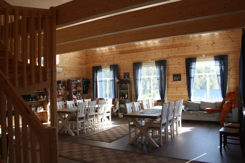 Uusi hirsinen majatalo  - Majatalossa on myös kahvila ja matkamuistoja