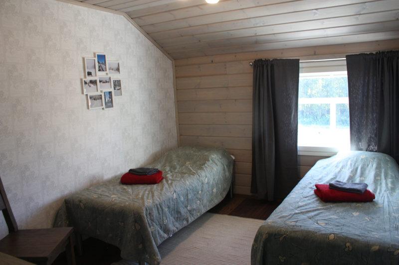Hirsinen majatalo - Huskytilalla yövyt mukavasti kahden hengen huoneissa