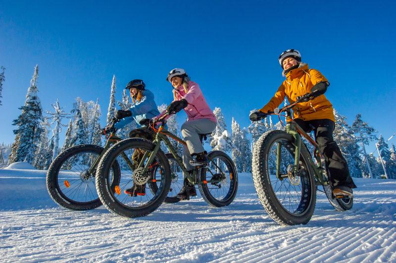 Läskipyöräily - Sähköavusteisilla läskipyörillä tehtävä retki kuuluu pakettiin.