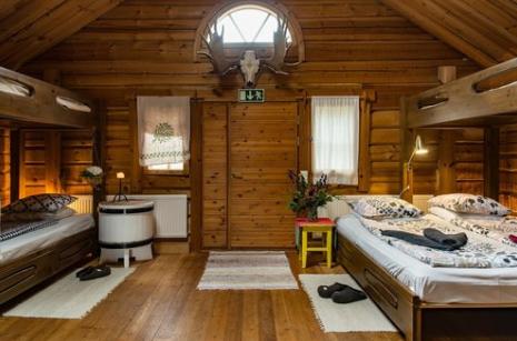 Puukarin Pysäkin suuri perhehuone (esimerkki, on myös kahden hengen huoneita)