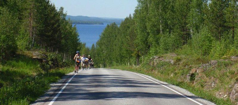 Pyöräilyä vaaramaisemissa. - Vaarat ovat loivia ja pitkiä mutta maisemat niin palkitsevia.