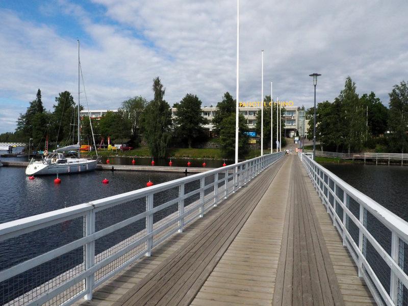 Hotelli sillan päässä rautatieasemalta - Kylpylähotelli, jossa majoitutte on lyhyen kävelymatkan päässä asemalta sillan takana.