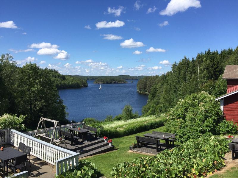 Näköala Tynkkylästä järvelle - Päätalolta on huikaisevan kauniit näkymät Saimaalle.