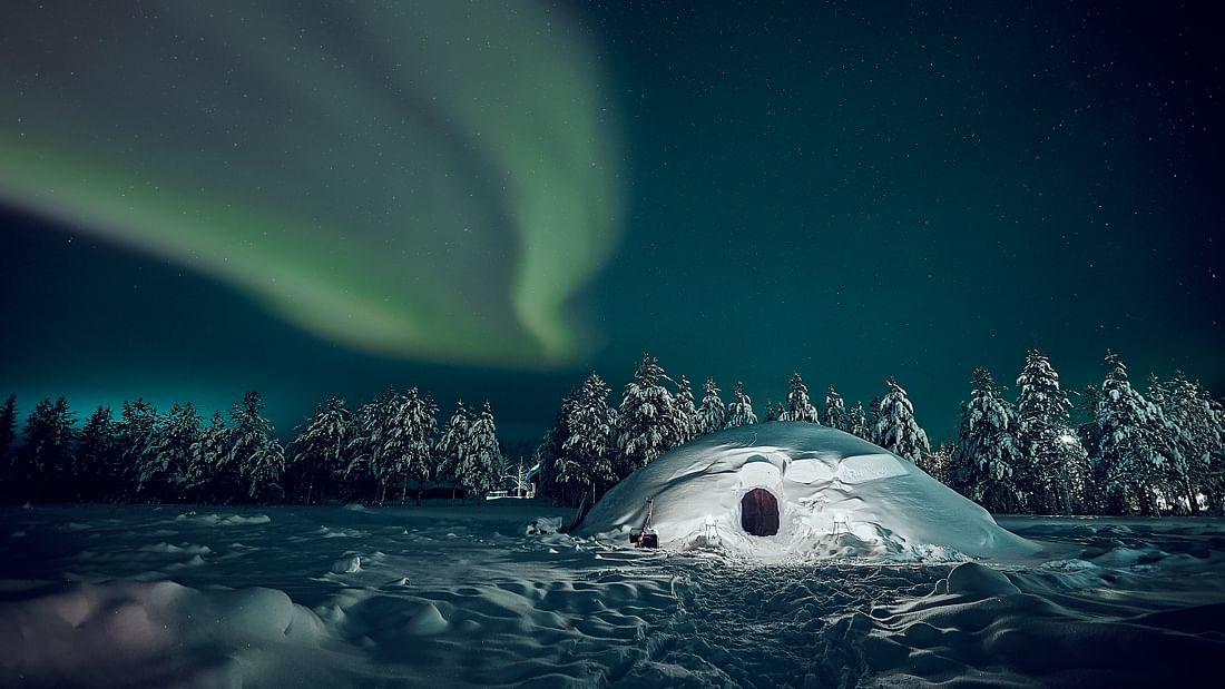 Yö lumi-iglussa paikassa Pyhä