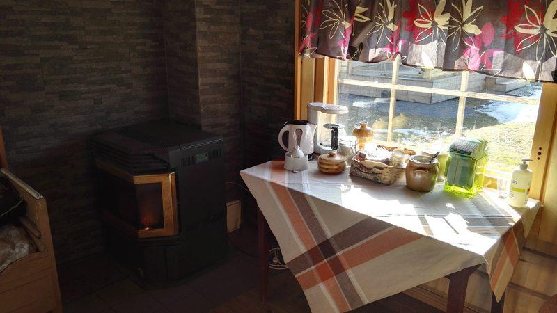 saunatupa - Mhadollisuus keittää kahvia ja teetä. Aamiainen tarjoillaan tilauksesta tänne.