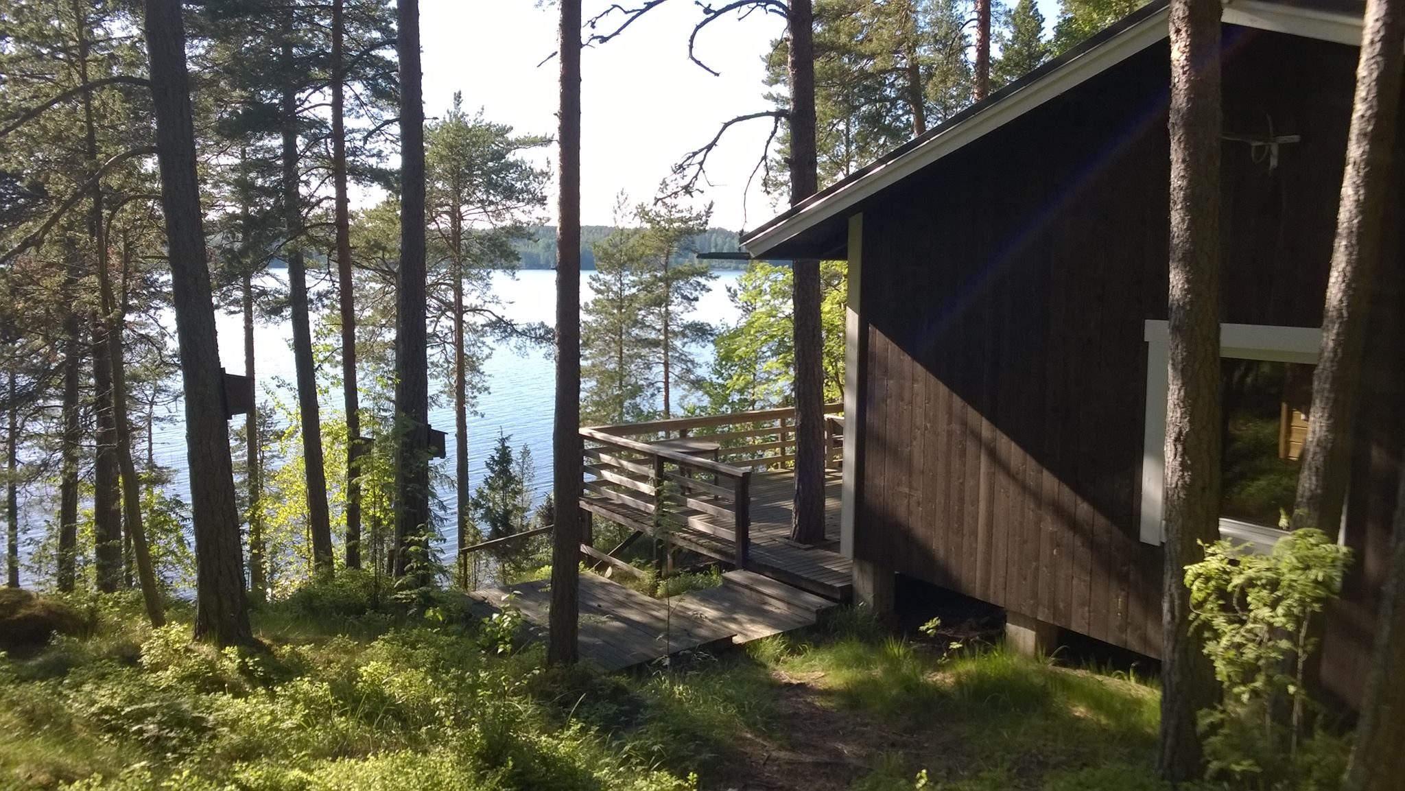 Maisema Lohjanjärvelle - Männikkö sijaitsee rinnetontilla.