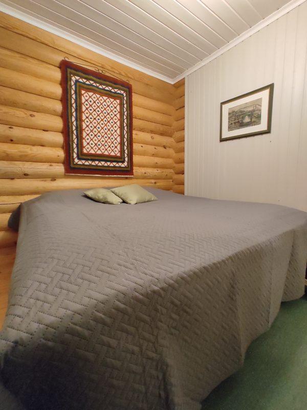 Taigalampi mökki, makuuhuone, parisänky