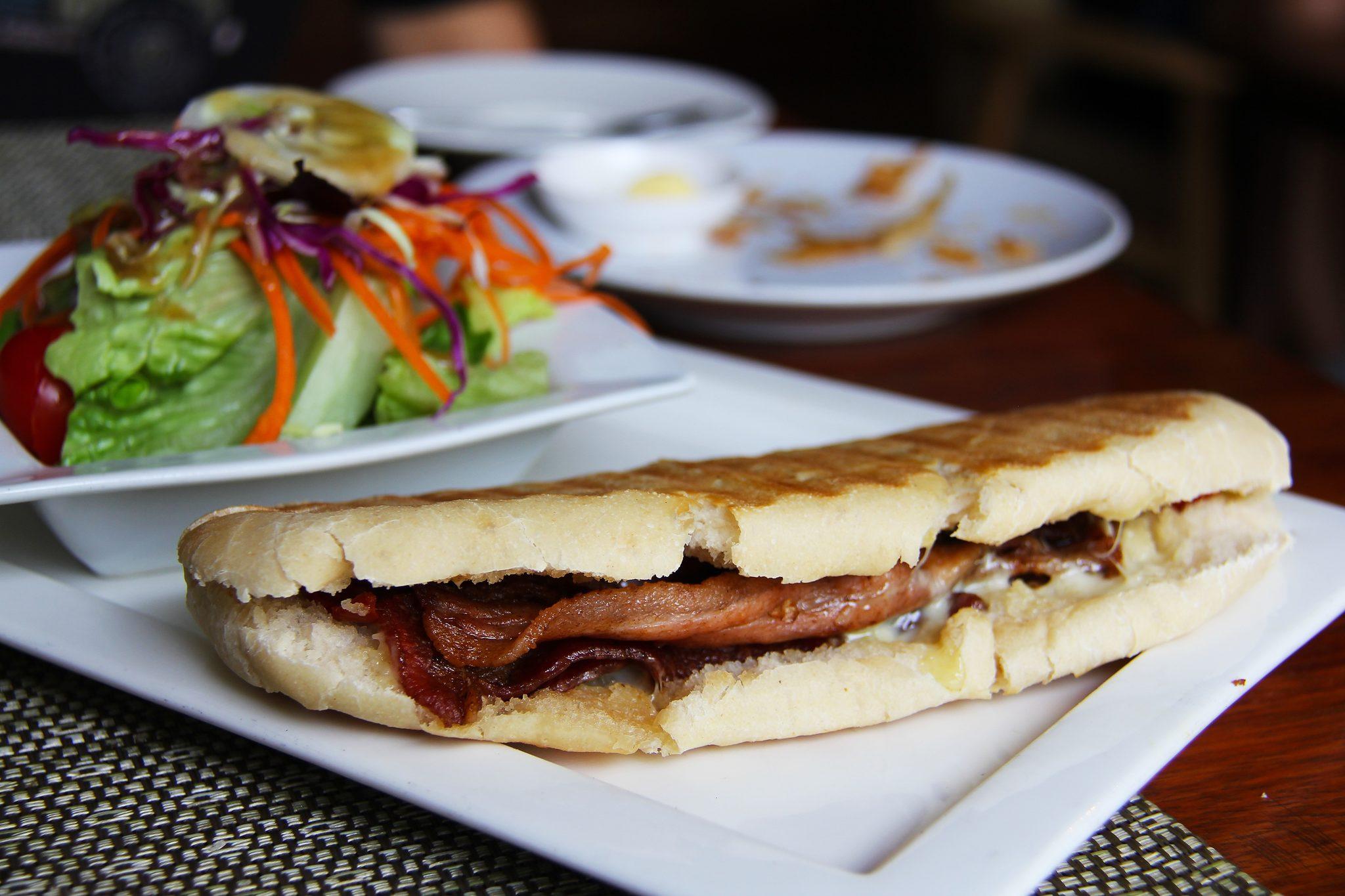 Paniniateria - Syötteen luontokeskuksesta maittava Mr. Panini - ateria mukaan! Ateria sisältää valitsemasi paninin, vihersalaatin, ja juomaksi 0,5 litran limun tai vichyn tai kahvin.