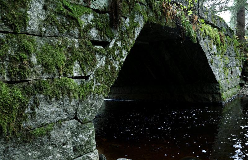 Taikapolku Kakkorin kivimiesten jäljillä - Kakkorinvuoren kiviä on käytetty monenlaisessa rakentamisessa, joista lähijoen kivisillat ovat hieno työnäyte.