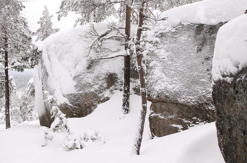 Taikapolku Kakkorin kivimiesten jäljillä - Kivien muoto pääsee parhaiten esillä talven pelkistettyjen sävyjen keskellä.