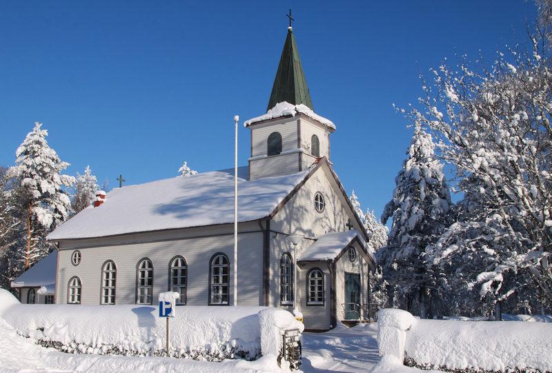 Kauhajärven kirkko edustaa kulttuuriperintöä - Hyypän kylällä on reilusti pituutta, joten Kauhajärven kirkko on vähentänyt kirkkomatkojen tarvetta Kyrönlatvan maisemissa.