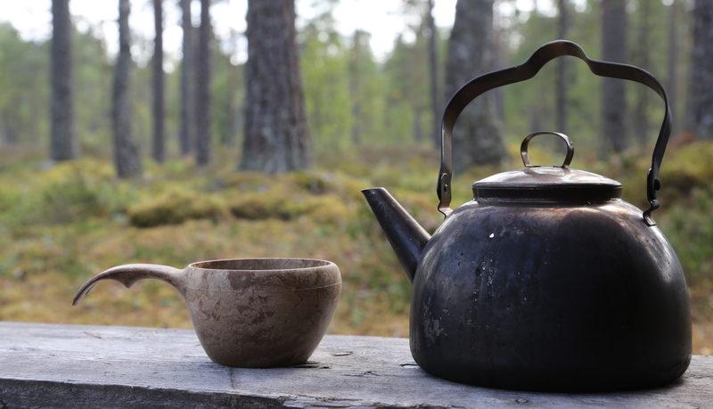 Taikapolku nokipannukahvi - Nuotiolla keitetty kahvi maistuu maukkalta sesongin aineksista tehtyjen herkkujen kera nautittuna.