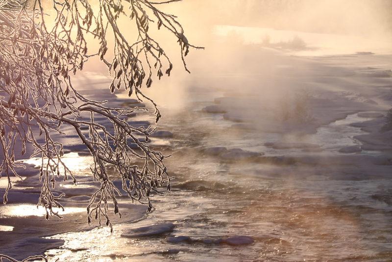 Taikapolku talviuimareiden maisemissa - Kirpeinä pakkaspäivinä virtavesien sulapaikoista nousee kuvauksellinen vesihyöry. Vaikka pakkasta on reilusti, niin veden lämpötila pysyy melko tasaisena.
