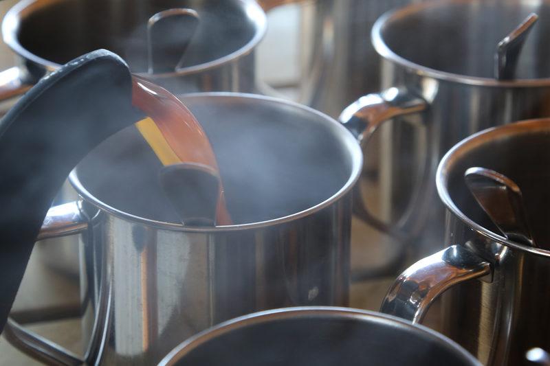 Kesäyön tunnelmaan kuuluvat maut ja tuoksut - Taikapolku vie kesäyön tunnelmaan, johon kuuluvat vahvasti erilaiset tuoksut ja maut.