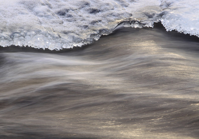 Kuuluuko virtaveden solinaa - Virtaava vesi rauhoittaa. Lumikenkäretkellä pysähdytään retkikahville puron partaalle, jossa voi kuunnella veden solinaa.