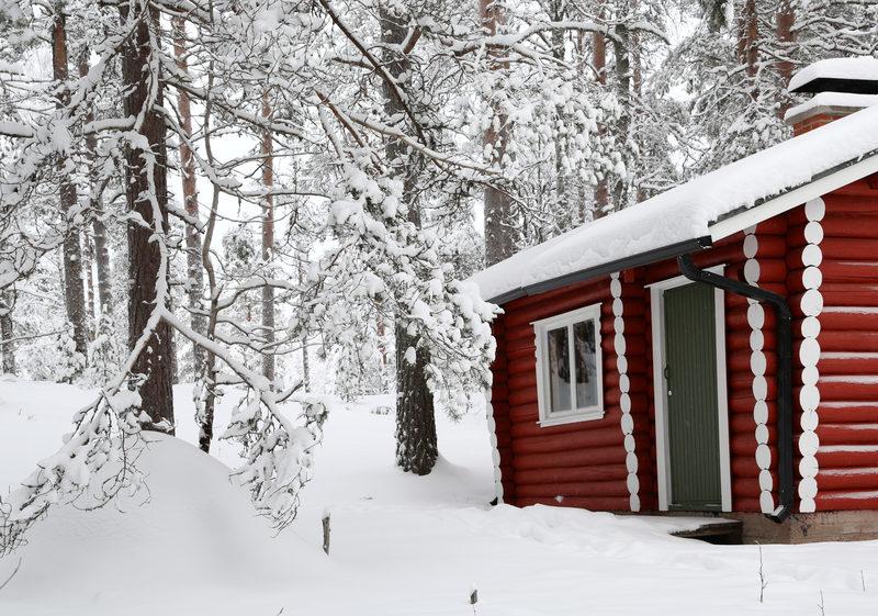 Taikapolku vie lumille - Lumikengillä voi tehdä pidemmänkin retken. Luonnosta nauttimisen sijaan retkelle voi ottaa myös liikunnallisemman otteen. Takuulähdössä lumikengillä liikutaan nautiskellen.