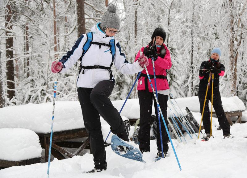 Taikapolku lumikenkäretki sopii kaikille - Taikapolku lumikenkäilyssä ei tarvita aiempaa kokemusta lumikengillä liikkumisesta, sillä taidon oppii melko helposti jokainen normaalin kävelykunnon omaava.