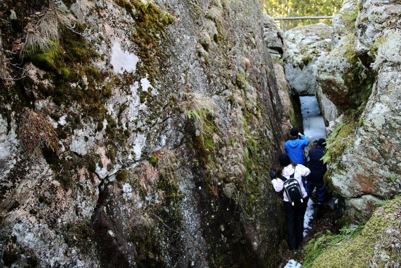 Taikapolku Pyhävuoren seinillä ja kivillä - Pyhävuoren jylhillä kallioilla on hienoja jyrkänteitä ja kapeita rotkoja.