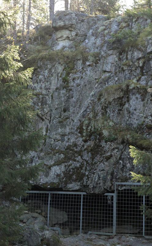 Taikapolku Susiluolan varjoissa - Susiluolan varjoissa mielikuvitus herää lentoon, vaikka itse luolan sisälle ei päästäkään astumaan.
