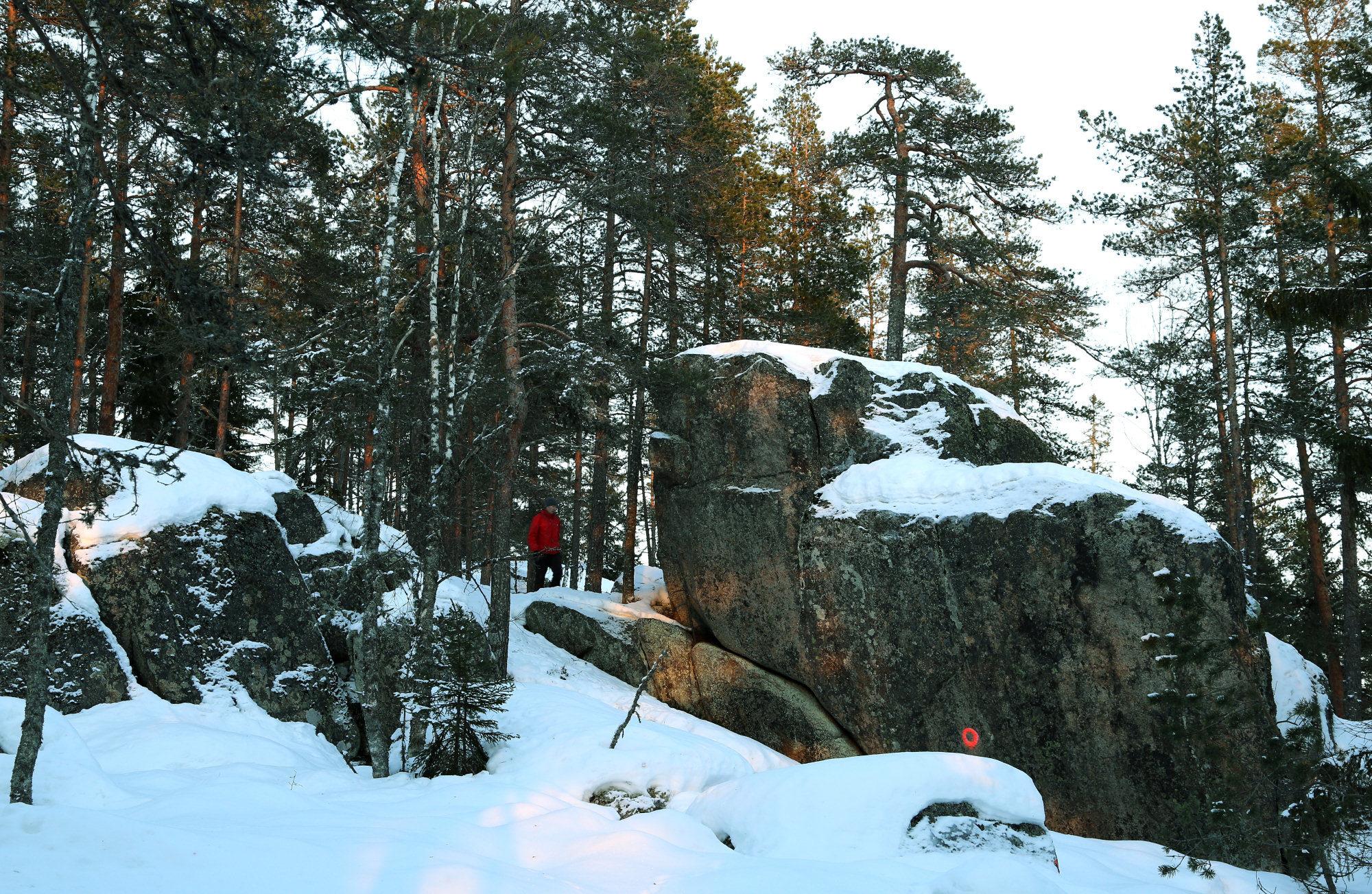 Taikapolku Kakkorin kivimiesten jäljillä - Karijoen Kakkorinvuoren rinteillä on hienoja kallioita, joilta löytyy myös kivimiesten työmaita.