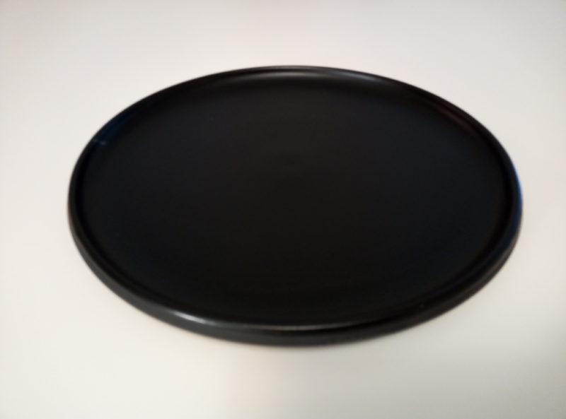 Tarjoilu-/ruokalautanen: ø 28 cm - Musta lasitus sisäpinnalla, ulkopinta matta. Mahtuu isokin ateria lisukkeineen, sopii myös tarjoilulautaseksi. Vaidava Eclipse -sarja