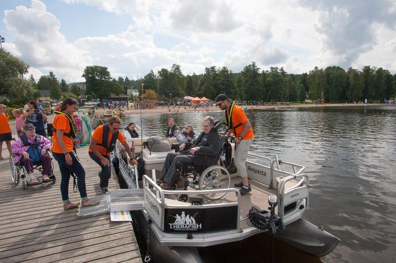 Lauttaan siirtyminen - Lauttaan siirtyminen on vaivatonta. Kaksi pyörätuolipaikkaa varattavissa veneen keulasta. Kysy lisää info@therafish.fi