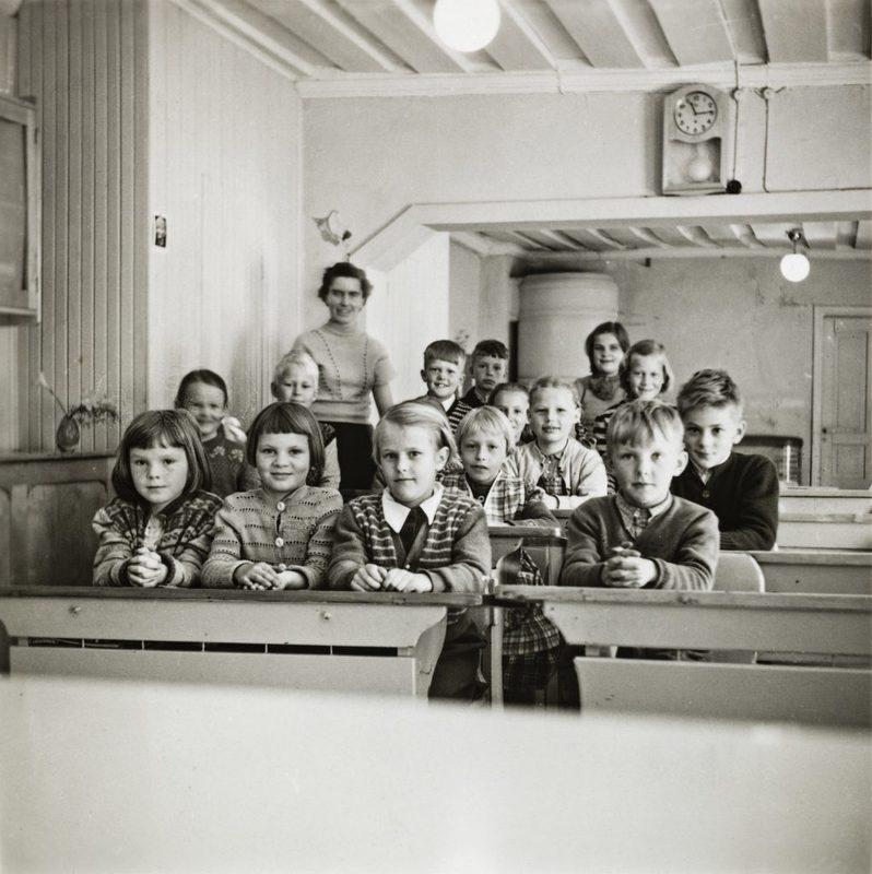 Lapset ja opettaja Kirsti Piekkari Vallisaaren kansakoulussa vuonna 1955. - Koulu toimi vanhassa venäläisten rakentamassa kasarmissa vuosina 1950-1958.