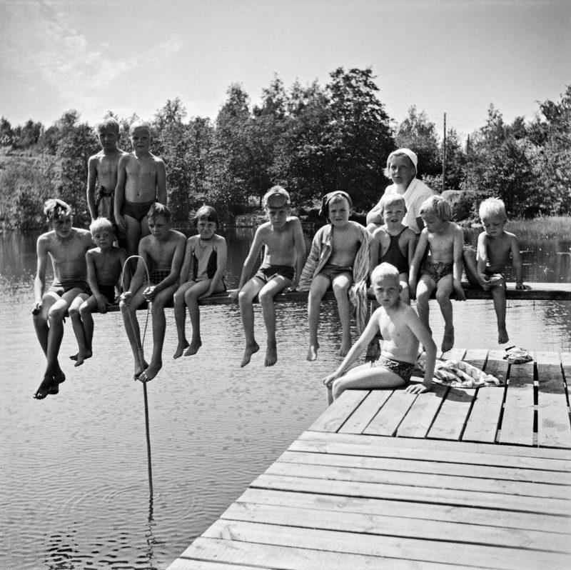 Lammen ponnahduslauta - Uimakoululaiset lammen laiturin ponnahduslaudalla 1960. Kuvassa myös uimaopettaja Hilkka Hurskainen.
