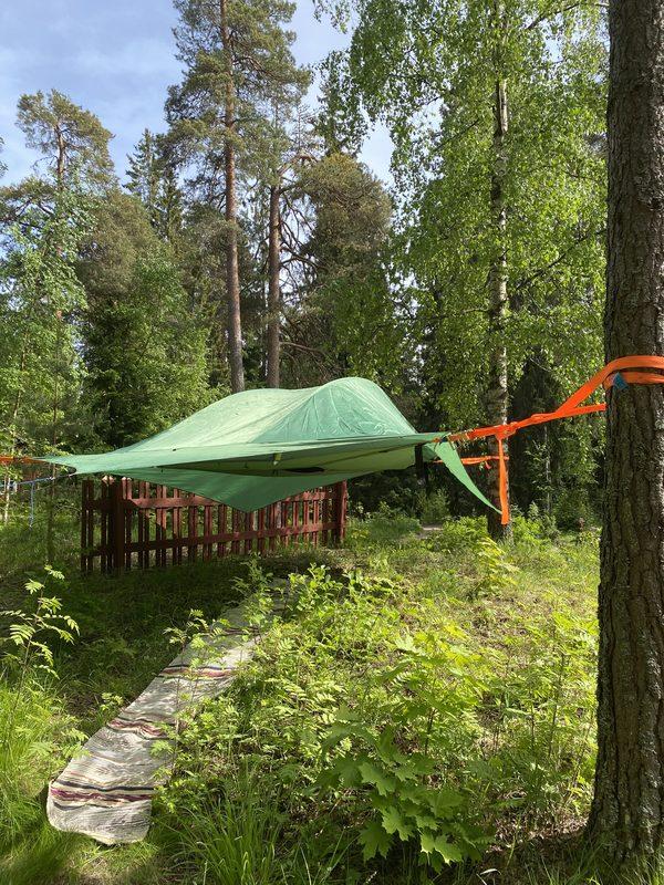 Majoitus puussa Tentsile-teltassa, Tuusula Ruotsinkylä