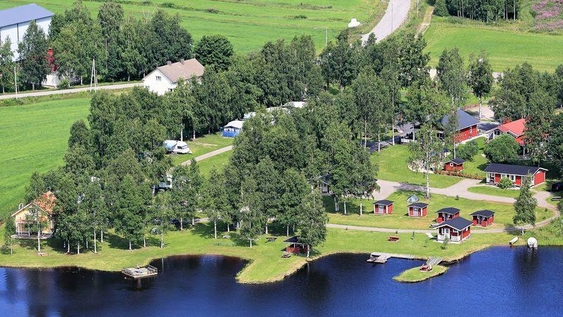 Lomaile järven rannalla Tastulan Lomakylässä, Kaustinen
